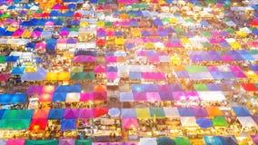 屋顶顶面多个颜色跳蚤市场 免版税图库摄影