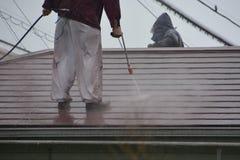 屋顶高压洗涤物  免版税图库摄影