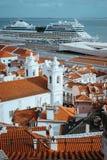屋顶, Alfama区教会在里斯本 在塔霍河的巡航小船 里斯本里斯本Lissabon 免版税图库摄影