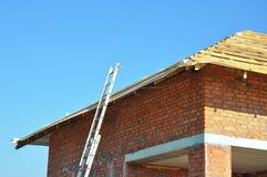 屋顶建筑 屋顶捆 木有金属梯子的屋顶框架未完成的议院建筑 库存图片