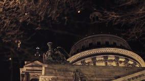 屋顶Isaak大教堂看法和雕塑在圣彼得堡在夜城市 股票录像