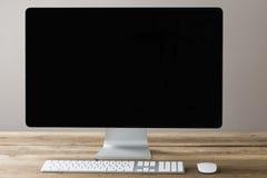 屏幕和键盘和老鼠在木桌上与丝毫 库存照片