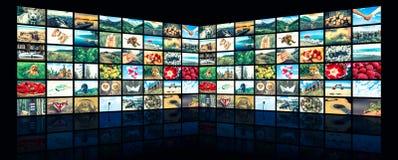 屏幕形成大多媒体播放了录影墙壁 免版税库存照片