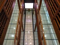 屏幕,在墙壁上的海报长方形白色大模型在购物中心世界贸易中心在阿布扎比 免版税库存照片