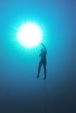屏息一条绳索和在水中的Freediver 免版税库存图片