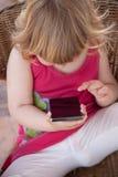黑屏智能手机在小孩手上 库存照片
