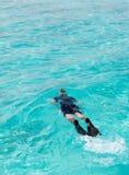 屏蔽人海洋游泳管 免版税库存图片