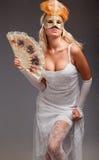 屏蔽佩带的妇女年轻人 免版税库存图片