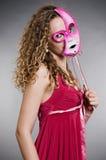 屏蔽桃红色俏丽的妇女 免版税库存照片