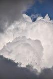 展开风雨如磐的云彩层数  库存照片