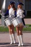 展示乐队的表现美丽的女演员编组krasnogvardeisky区自治市的合奏鼓手 免版税图库摄影