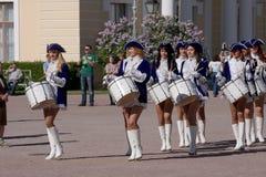 展示乐队的表现美丽的女演员编组krasnogvardeisky区自治市的合奏鼓手 库存照片