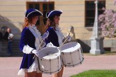 展示乐队的表现美丽的女演员编组krasnogvardeisky区自治市的合奏鼓手 库存图片
