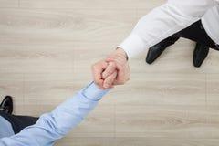 展示冲突或固体的姿态的商人的手 库存图片