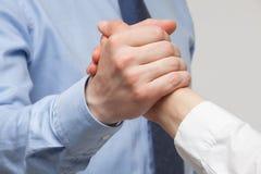 展示冲突或固体的姿态的商人的手 免版税库存照片