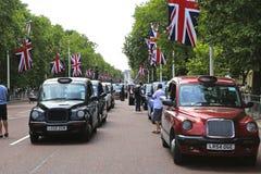 展示反对Uber & TfL的被准许的黑出租汽车在购物中心伦敦- 2014年11月10日 库存照片