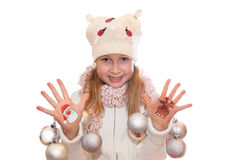 展示圣诞节标志的愉快的女孩绘在她的手上 圣诞老人和驯鹿 免版税库存图片