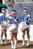 展示小组皇家持枪骑兵的性感的蓝色制服的鼓手 图库摄影