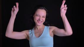 展示横渡手指的中年妇女画象签字显示在黑背景的正面希望 影视素材
