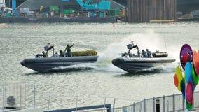 展示他们的刚性船身可膨胀的小船的新加坡海军共和国在国庆节游行(NDP)排练期间2013年 免版税图库摄影