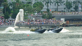 展示他们的刚性船身可膨胀的小船的新加坡海军共和国在国庆节游行(NDP)排练期间2013年 免版税库存照片