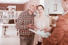 展示给顾客厨房家具的推销员 库存照片