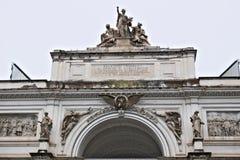 展览宫在罗马 与雕刻的grou的山墙饰 库存照片