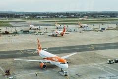 属于低成本班机, easyJet的空中客车A320飞机,在柏油碎石地面在伦敦盖特威克` s北部终端 免版税图库摄影