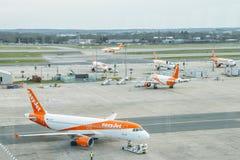 属于低成本班机, easyJet的空中客车A320飞机,在柏油碎石地面在伦敦盖特威克` s北部终端 库存图片
