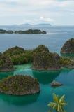 属于到Fam海岛的许多小绿色海岛 免版税库存照片