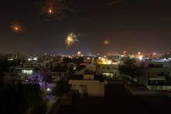 屠妖节烟花和中国灯笼在印度 免版税库存照片