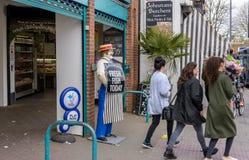 屠户的与实物大小一样的模型常设在他的之外在大街上的商店 库存照片