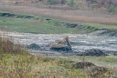 履带牵引装置挖掘机Ð'ÐКР¡ -在猎物的30L 库存图片
