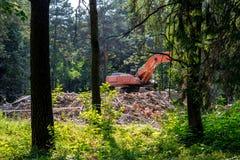 履带牵引装置挖掘机在堆站立砖 库存图片
