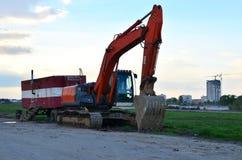 履带牵引装置挖掘机在天空蔚蓝背景的工地工作 特别重型建筑设备 图库摄影