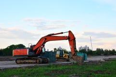 履带牵引装置挖掘机在天空蔚蓝背景的工地工作 特别重型建筑设备 库存图片