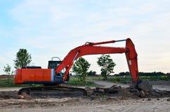 履带牵引装置挖掘机在工地工作 库存图片