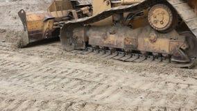 履带牵引装置` s轨道,推土机机器成水平建造场所 影视素材