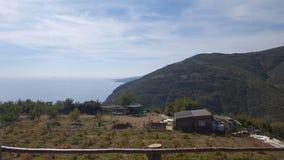 山、云彩、Cabn和海 库存照片