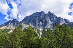 山、云彩和树 免版税库存图片
