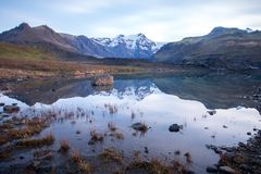 山、冰川和冰河湖Morsarlon在Skaftafell国家公园冰岛 风景南部的冰岛日落和日出 库存图片