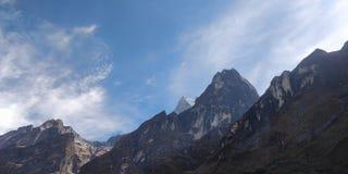 山、岩石和天空 免版税库存图片