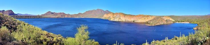 山、峭壁、沙漠和湖(大全景) 免版税图库摄影