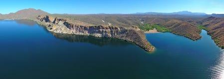 山、峭壁、沙漠和湖(大全景) 免版税库存图片