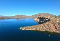 山、峭壁、沙漠和湖 免版税图库摄影