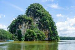 山、峭壁和森林沿河在Krabi,泰国 免版税库存图片