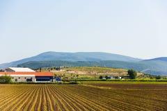 山、房子和农场 库存图片