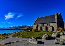 山、教堂、湖和天空 免版税库存照片