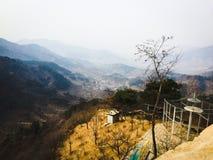 山、树和村庄 免版税图库摄影