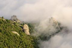 山、森林和云彩 图库摄影